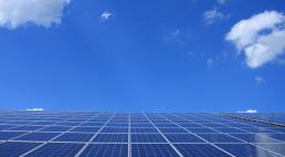 Solfanger og elmåler på bygning